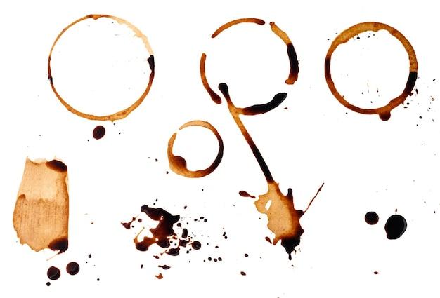 Caffè nero rovesciato su una superficie bianca. impronta rotonda e macchia dal fondo della tazza con spruzzi fini, vista dall'alto. impostato