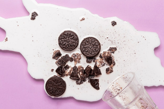 Latte versato con biscotti fracassati