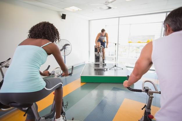 Corso di spin allenarsi con istruttore motivazionale