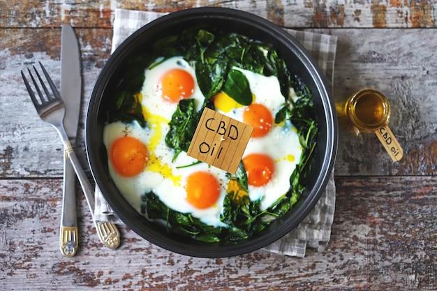 Uova di spinaci con olio di cannabis.