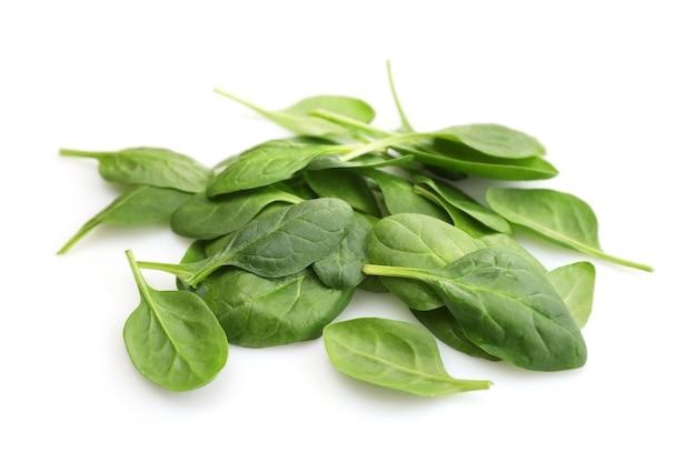 Foglie di spinaci isolati su bianco