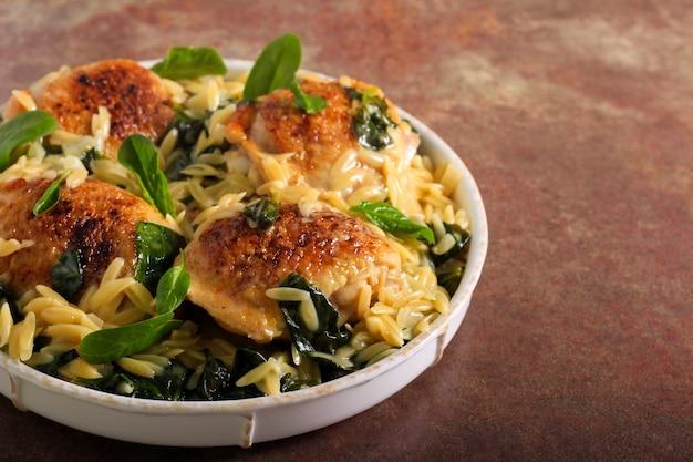 Orzo di spinaci con cosce di pollo