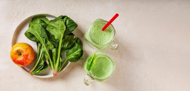 Frullato di spinaci e yogurt con mela. foglie di spinaci succose e mela rossa matura. mangiare sano