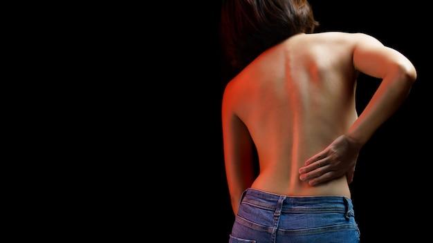 Dolore alla colonna vertebrale, spina dorsale danneggiata da donna, donna che soffre di dolore alla schiena, problema di muscoli, assistenza sanitaria e concetto di medicina.