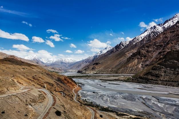Valle e fiume di spiti in himalaya