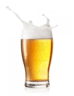 Spruzzata in un bicchiere di birra