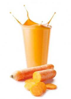 Spruzzata in bicchiere di frullato di carote o yogurt con carote