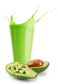 Spruzza il frullato verde o lo yogurt in vetro e avocado