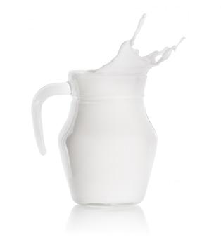 Spruzzata di latte in una brocca di vetro
