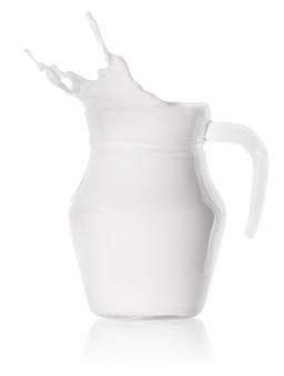 Spruzzata di latte in un decantatore di vetro trasparente