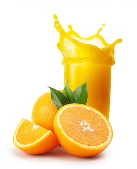Spruzzata di succo d'arancia e arance con foglie
