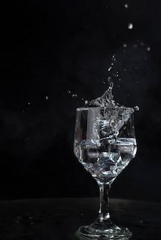 Una spruzzata di acqua e ghiaccio su sfondo nero !!!