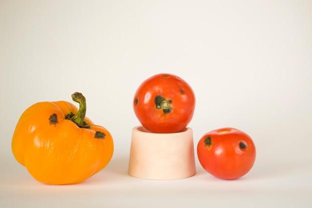Verdure viziate, peperoni e pomodori. spreco di cibo. aspergillo. penicillium. batteri. muffa. funghi. la diffusione dei funghi.