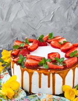 Pan di spagna con fragola. torta nuziale. torta di compleanno. caramello. vacanza.