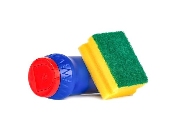 Spugna e polvere per lavare i piatti isolata su bianco