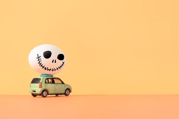 Uovo spettrale sulla macchina concetto di design di halloween