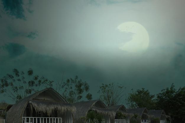 Resort spettrale con luce della luna e scena notturna