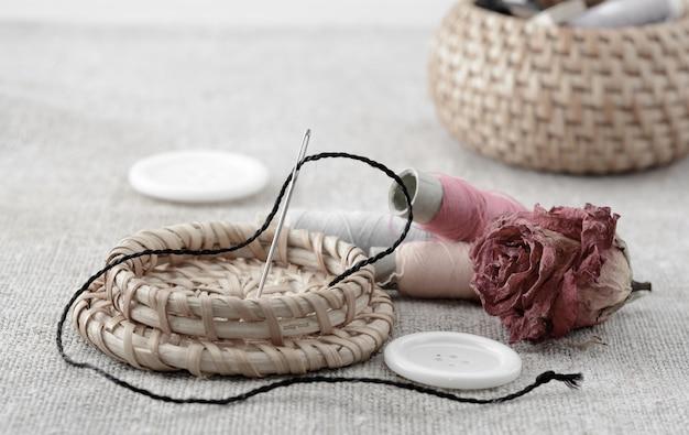 Rocchetti di filo con ago e bottoni per cucire