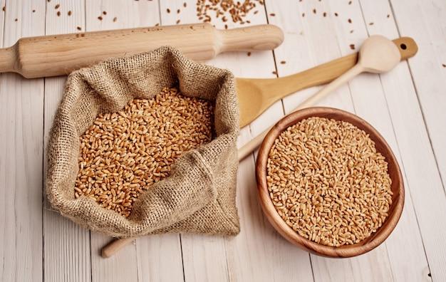 Cucchiaio e prodotti a base di cereali fiocchi su un tavolo di legno per la cottura di immagini di texture di sfondo