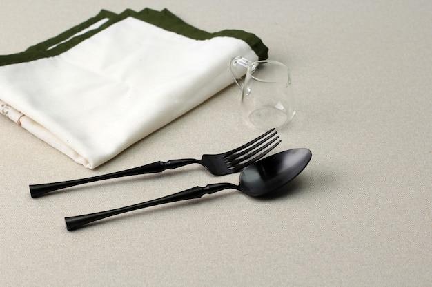Cucchiaio, forchetta e tovagliolo sul tavolo, copia spazio per il testo