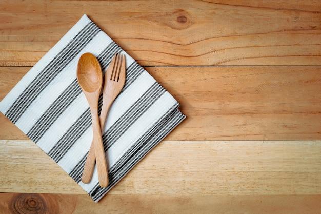 Cucchiaio e forchetta con tovagliolo