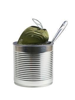 Un cucchiaio sporge da un barattolo di latta aperto isolato su uno sfondo bianco. contenitore universale per conserve.