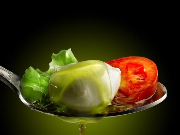 Cucchiaio di pomodoro mozzarella e insalata