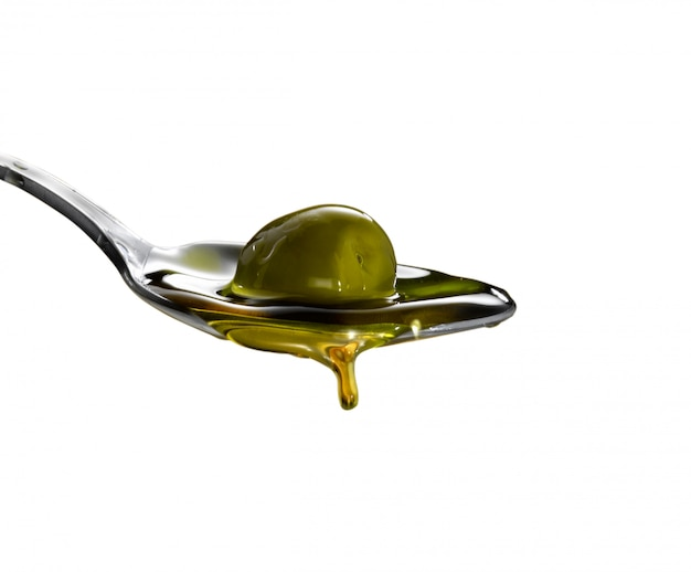 Cucchiaio con olio extra vergine di oliva isolato