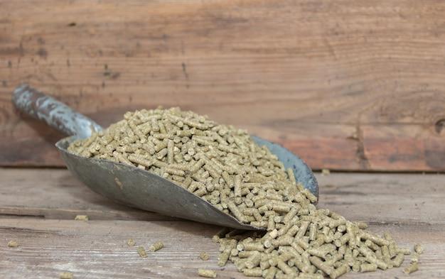 Un cucchiaio con pellet per conigli in vendita nel foraggio