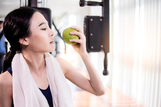 Sport donna asiatica in allenamento costume in azione con sfocatura sfondo concetto di fitness salute