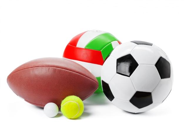 Sfere di sport isolate su superficie bianca