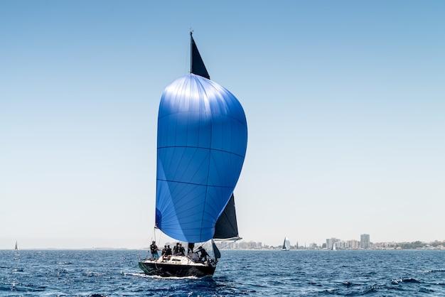 Barca sportiva con una vela blu in regata