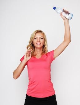 Sport, esercizio fisico e assistenza sanitaria - donna bionda sportiva con bottiglia d'acqua