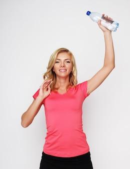 Sport, esercizio e assistenza sanitaria - donna bionda sportiva con bottiglia d'acqua
