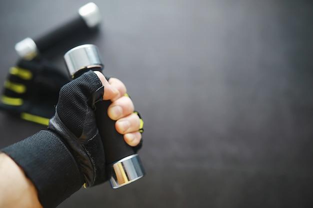 Sport e stile di vita sano. accessori per lo sport. manubrio per tappetino da yoga e corda per saltare. sfondo sportivo con il concetto di esercizi a casa.