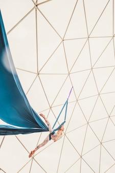 Sport stile di vita sano persone danza alternativa nel cielo equilibrato con corde e fabrique