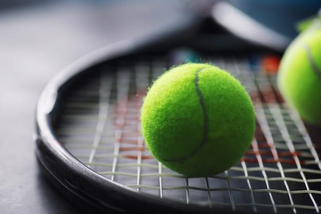 Sport e stile di vita sano. tennis. palla gialla per il tennis e una racchetta sul tavolo. sfondo sportivo con il concetto di tennis.