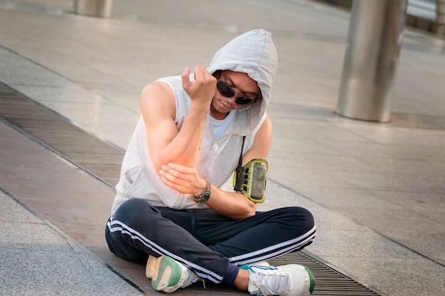 Uomo di sport con dolore al gomito. lesioni da epicondilite.