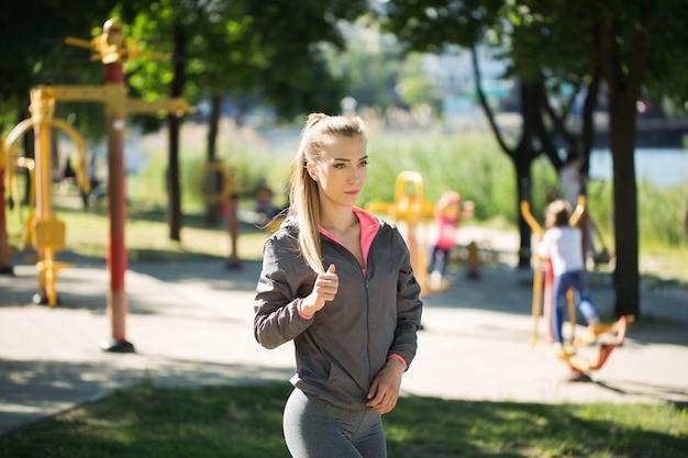 Sport bella donna all'aperto sulla strada