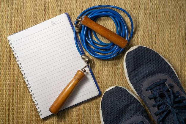 Scarpe sportive e corda per saltare con uno spazio di copia.