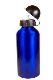 Bottiglia d'acqua sportiva su sfondo bianco.