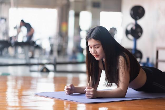 Esercizio del tavolato delle donne di sport in palestra