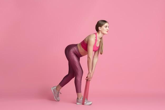 Modello dalla vestibilità sportiva con elastici