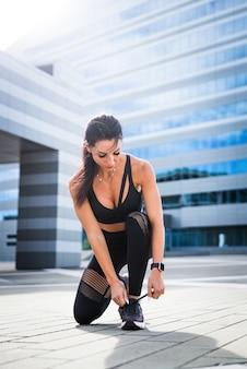 Ragazza allegra con allenamento del corpo in forma all'esterno