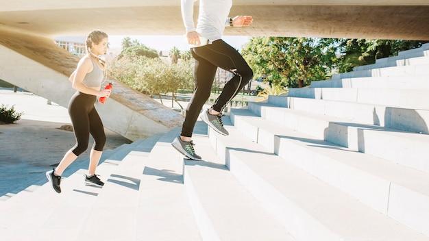 Gente allegra che corre sulle scale