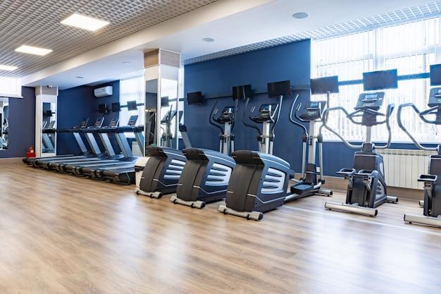 Apparecchi sportivi per l'allenamento cardio in palestra