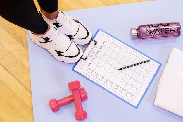 Sfondo sportivo cose di uno sportivo su sfondo viola.