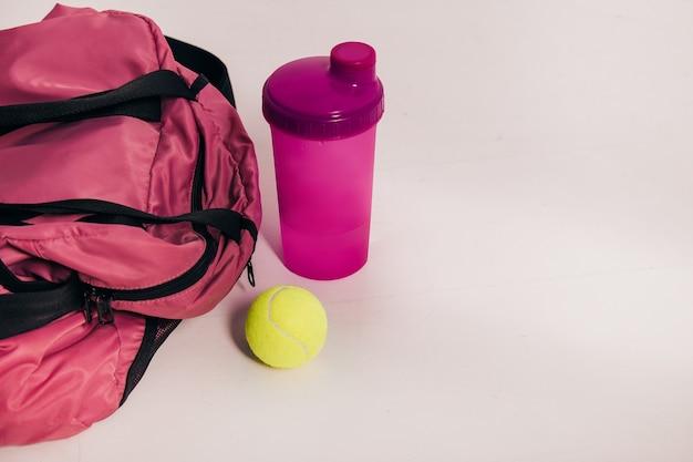 Borsa sportiva con attrezzatura sportiva in camera