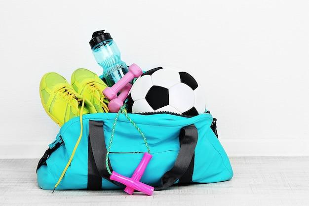 Borsa sportiva con attrezzatura sportiva in camera Foto Premium