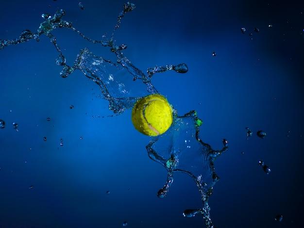 Palla sportiva e spruzzi d'acqua